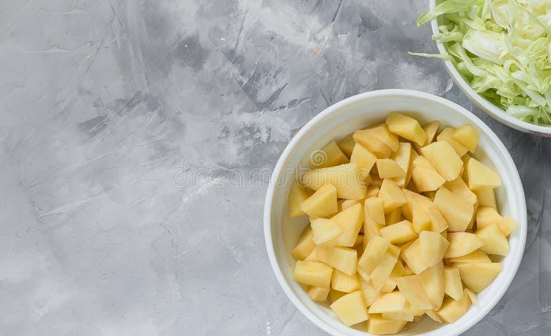 Potatisar som klipps in i olika stycken med en skarp knutpunkt royaltyfri fotografi
