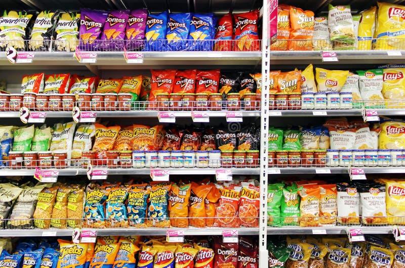 Potatischiper och mellanmål i supermarket royaltyfria bilder