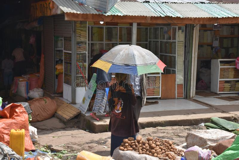 Potatissäljare och paraply, Addis Ababa, Etiopien arkivfoton