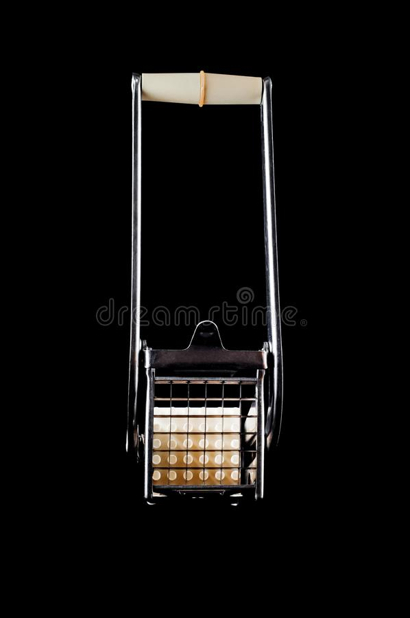 Potatisskärare för att skapa potatispinnar och kuber på en svart bakgrund, isolat fotografering för bildbyråer