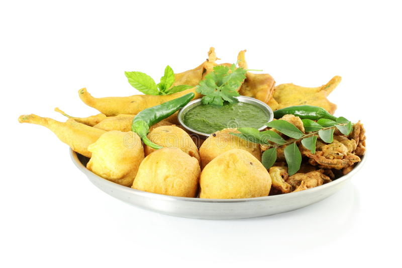 Potatisvadapakoda eller indiskt matmellanmål för struva i ren vit bakgrund royaltyfri foto