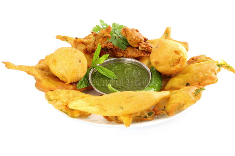 Potatisvadapakoda eller indiskt matmellanmål för struva i ren vit bakgrund fotografering för bildbyråer