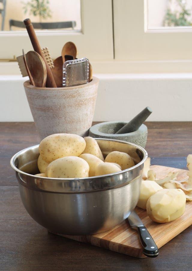 Potatos crus na cena da cozinha imagem de stock royalty free