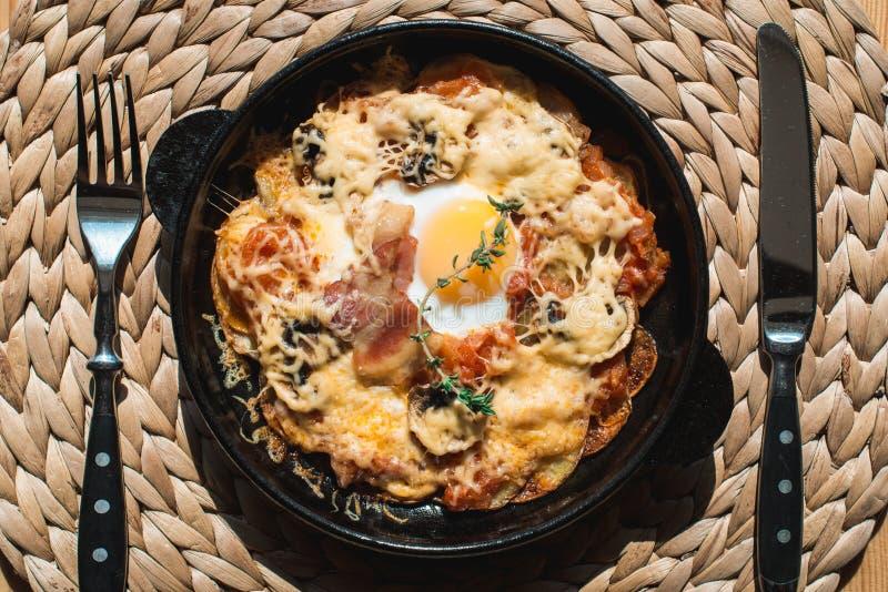 Potatos di raggiro della tortiglia Piatto spagnolo tipico con la salsa al pomodoro e l'uovo del formaggio del bacon fotografia stock libera da diritti