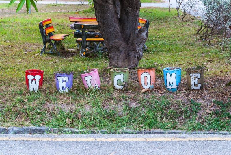 Pote agradable colorido de la letra del alfabeto en parque fotografía de archivo libre de regalías