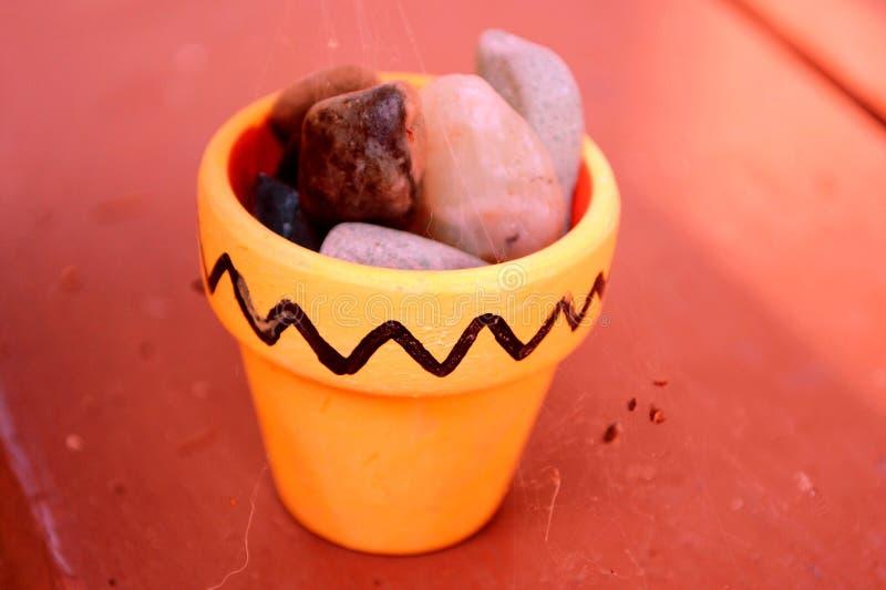 Pote amarillo de rocas foto de archivo
