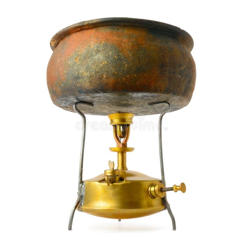 Pote antiguo en la estufa de primus aislada en blanco imágenes de archivo libres de regalías