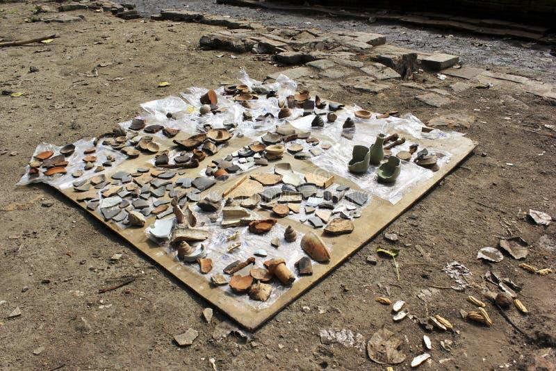 Pote antiguo encontrado en sitio de la arqueología foto de archivo