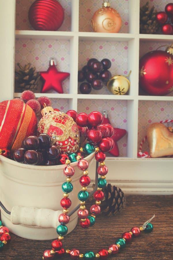 Pote con las decoraciones de la Navidad foto de archivo