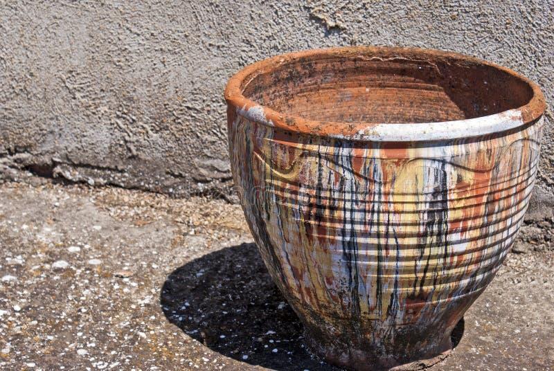 Pote de arcilla en el piso concreto, vacío imagen de archivo libre de regalías