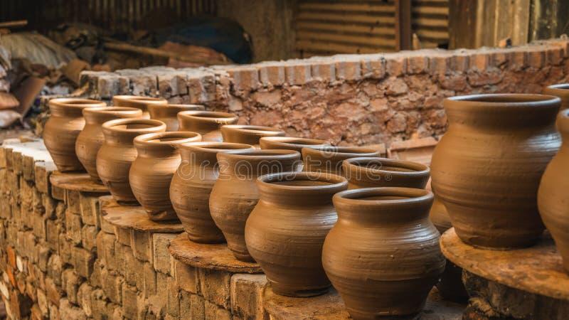 Pote de cerámica afuera debajo del sol en los tugurios del dharavi en Bombay fotos de archivo libres de regalías