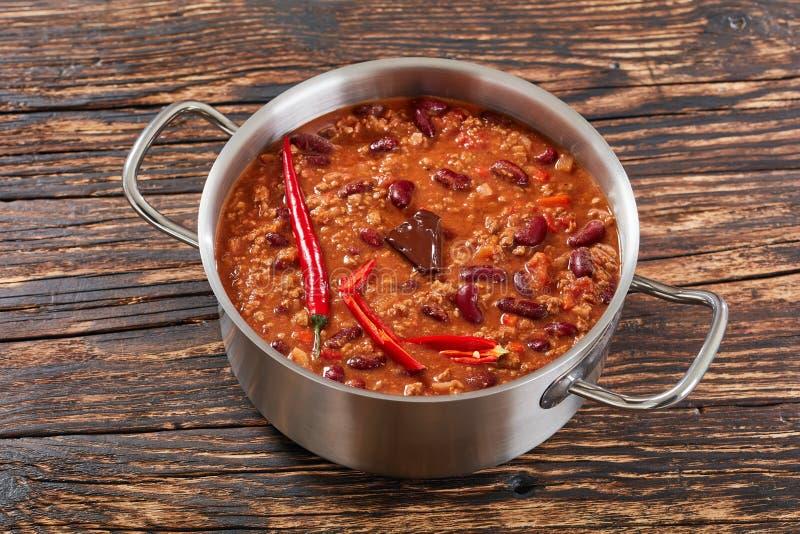 Pote de chili con carne delicioso caliente fotos de archivo libres de regalías