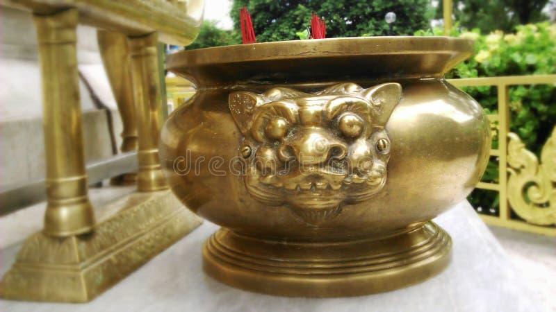 Pote de cobre amarillo de los palillos de ídolo chino del león imágenes de archivo libres de regalías