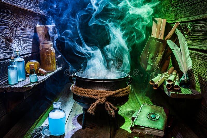 Pote de la bruja del vintage con el humo azul y verde para Halloween fotografía de archivo libre de regalías