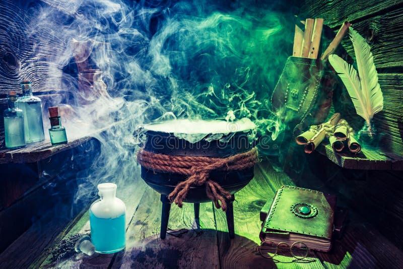 Pote de la bruja del vintage con el libro, las pociones y las volutas para Halloween imagen de archivo libre de regalías