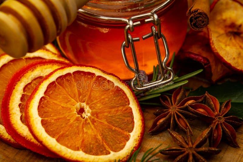 Pote de la miel y frutas secas foto de archivo