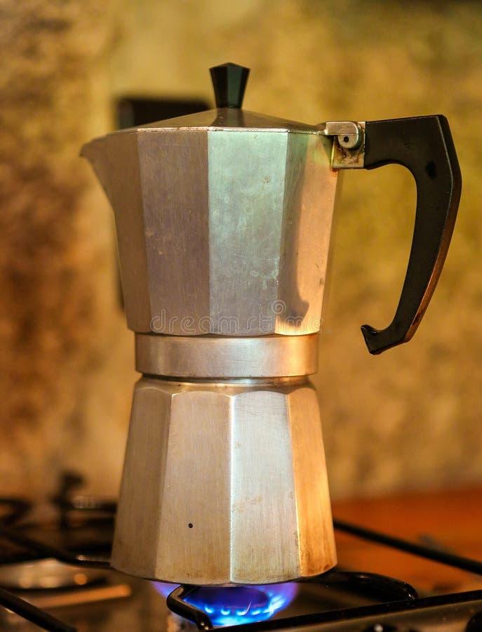 Pote de Moka que prepara el café foto de archivo libre de regalías
