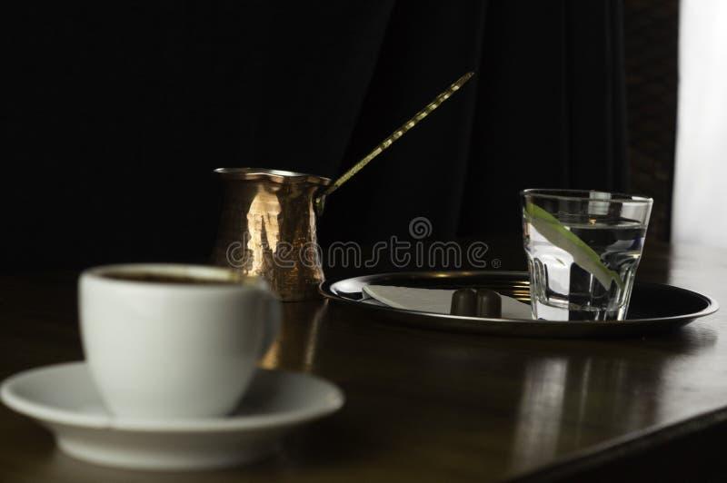 pote del café con una taza de café y de chocolate foto de archivo