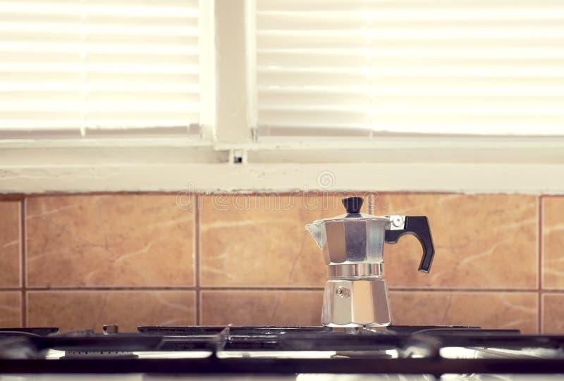 Pote del café de Moka en una estufa de gas en la cocina fotos de archivo libres de regalías