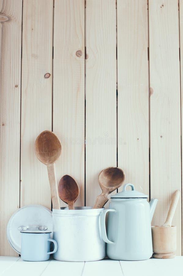 Pote del café, tazas del esmalte y cucharas rústicas foto de archivo