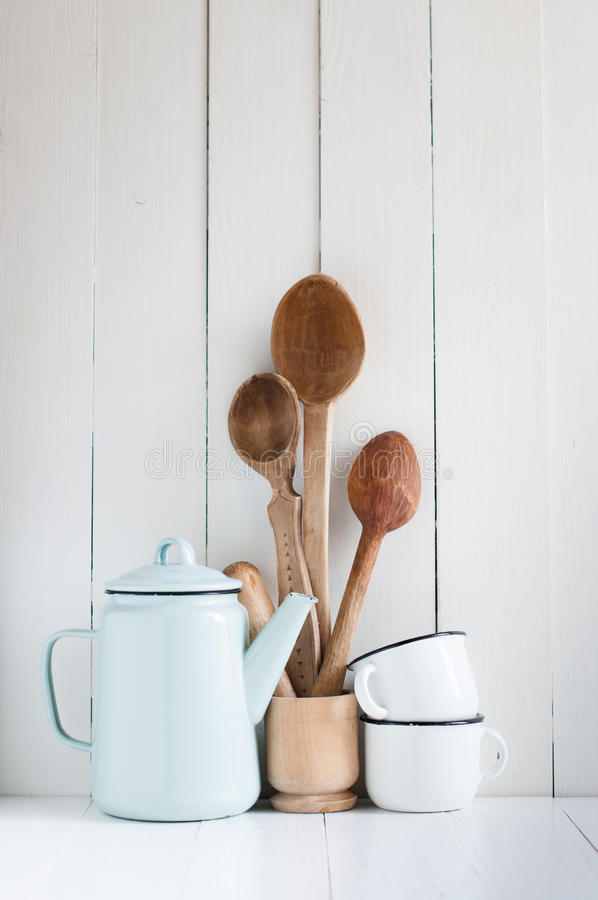 Pote del café, tazas del esmalte y cucharas rústicas imagen de archivo libre de regalías
