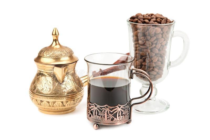 Pote del café y granos de café foto de archivo libre de regalías
