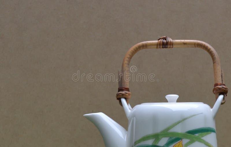 Pote del té con las flores pintadas a mano imagenes de archivo