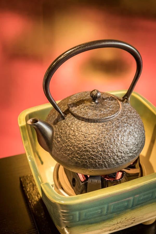 Pote japonés tradicional del té en placa de cerámica imagenes de archivo