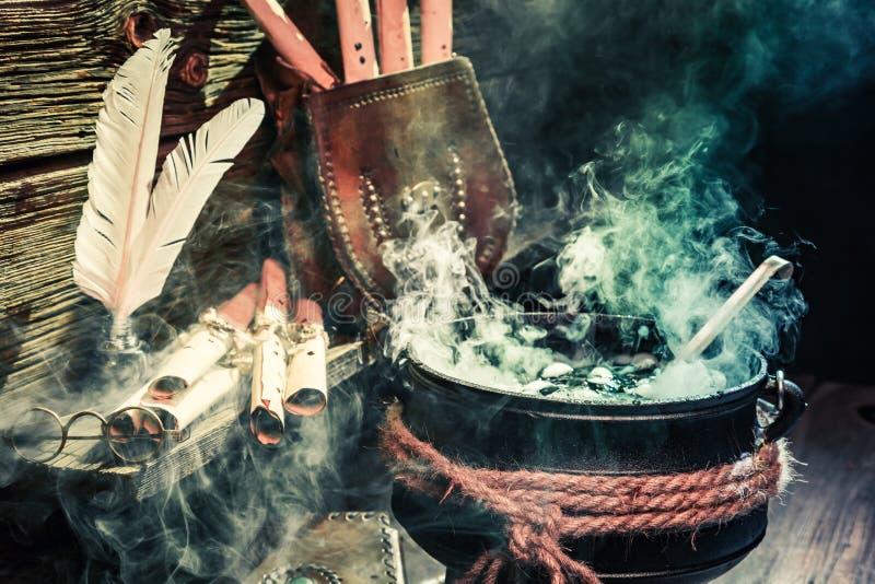 Pote viejo de la bruja con las volutas y las pociones para Halloween imagen de archivo