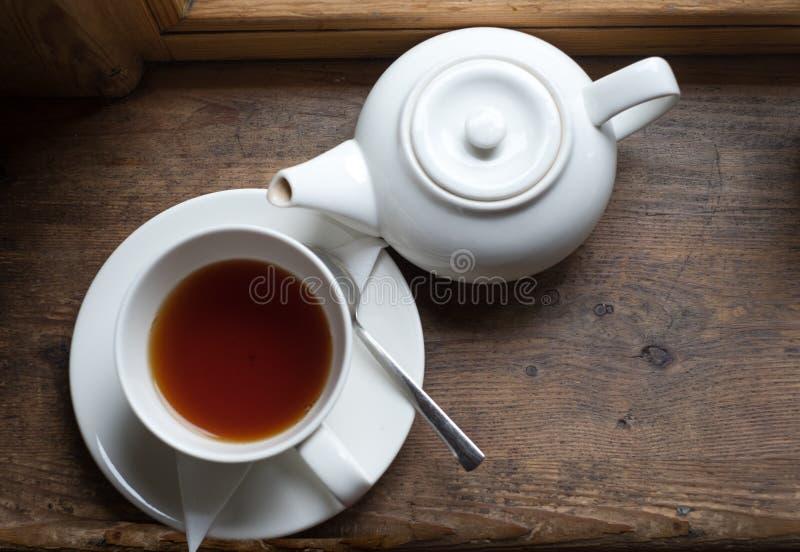 Pote y azúcar de la taza de té en la tabla de madera fotos de archivo