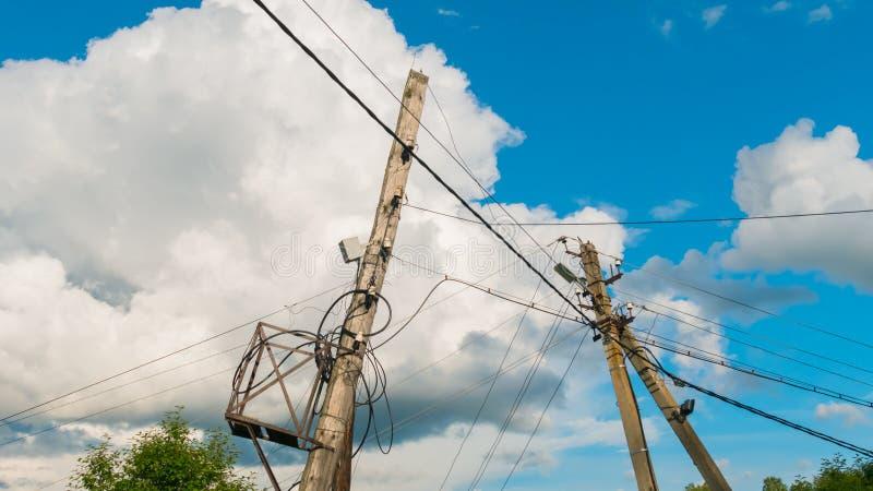 Poteau électrique contre le ciel bleu images libres de droits