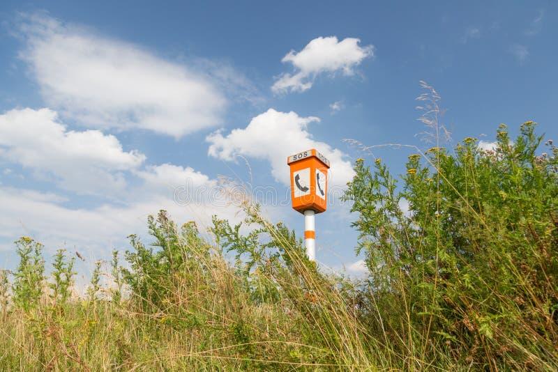 Poteau d'appel d'urgence dans un horizontal rural image stock