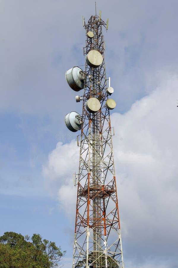 poteau de communication et de télécommunication en nature sur le ciel bleu chez l'Asie photo libre de droits