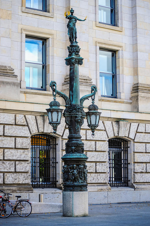 Poteau de lanterne derrière le parlement de l'Allemagne photo libre de droits
