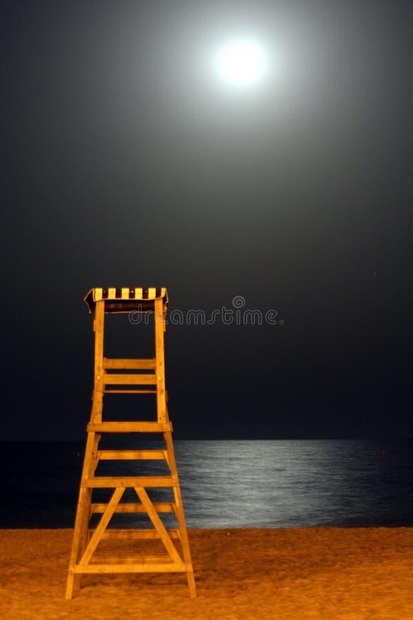 Poteau de maître nageur la nuit photographie stock