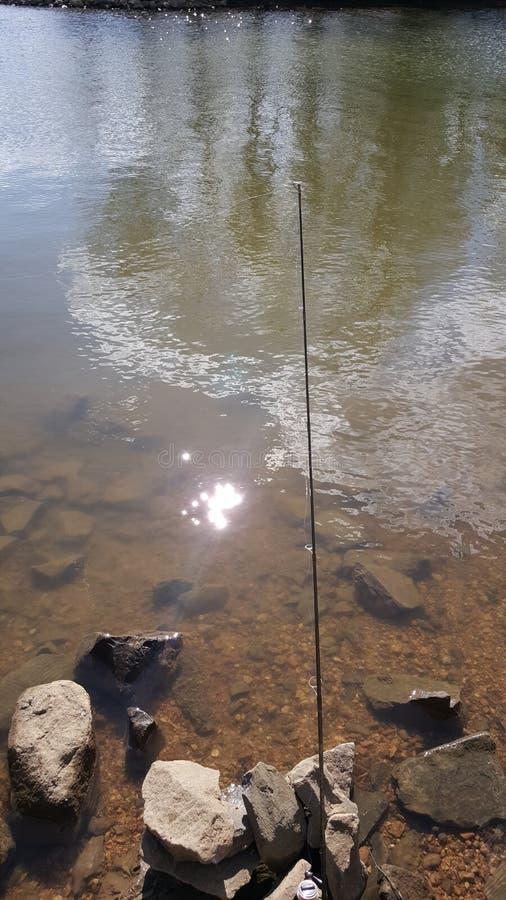 Poteau de pêche sur les roches image stock