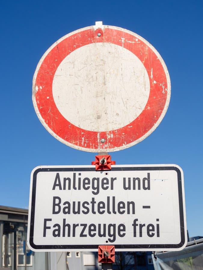 Poteau de signalisation allemand : Passage interdit Exception pour des résidents et des véhicules de construction image libre de droits