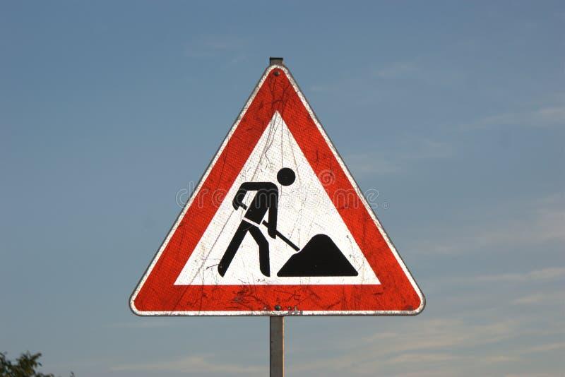 Poteau de signalisation allemand se reflétant de chantier de construction de ` de ` de Bauarbeiten de ` ou de Baustelle de ` photos stock