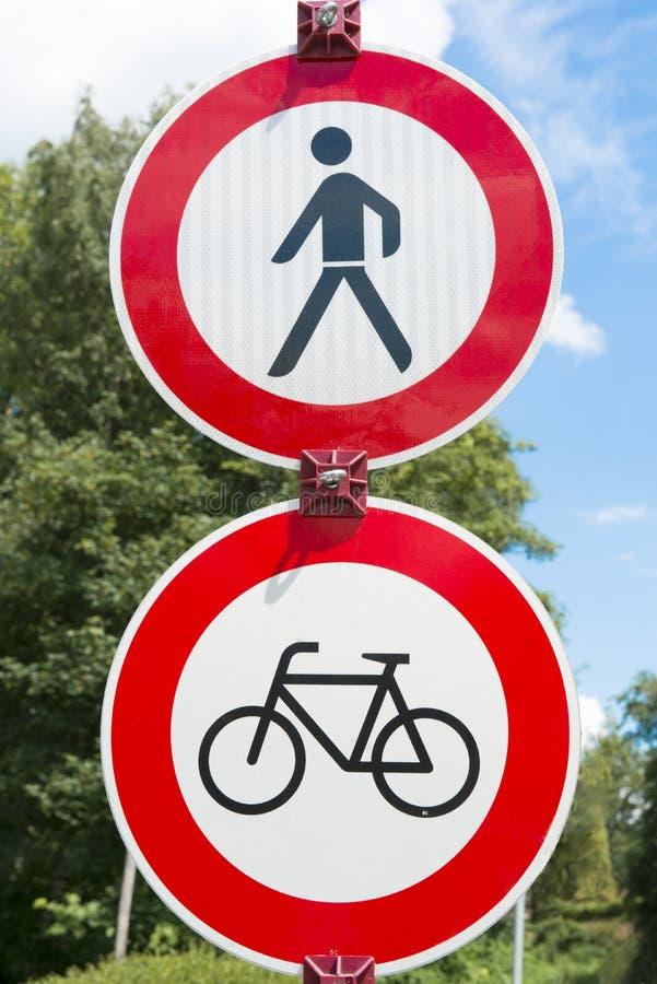 Poteau de signalisation - aucun aller à vélo, aucune marche images libres de droits