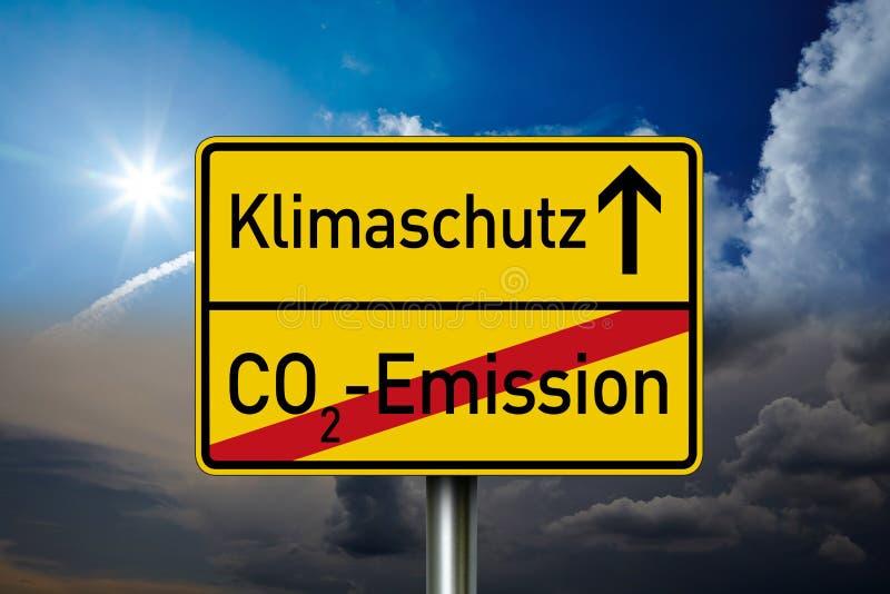 Poteau de signalisation avec les mots allemands pour la protection de climat et l'émission de CO2 photo libre de droits