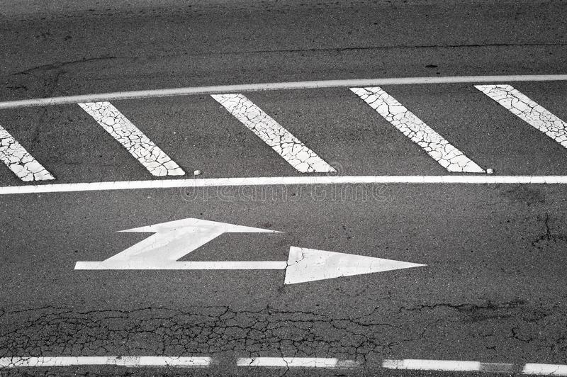 Poteau de signalisation blanc peint en asphalte image stock