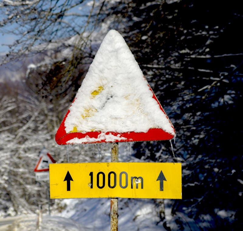 Poteau de signalisation couvert de neige congelée photo libre de droits