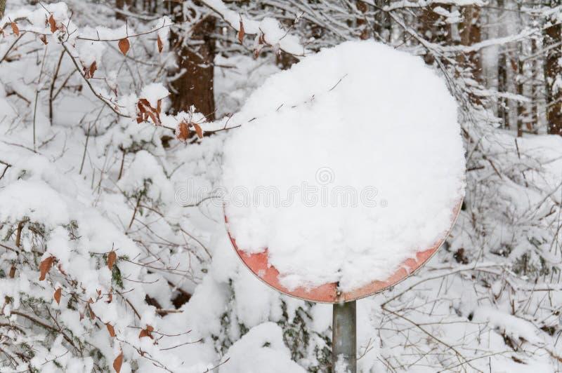Poteau de signalisation couvert de neige photo stock