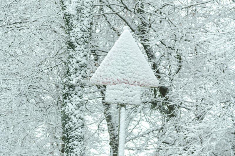 Poteau de signalisation couvert par la neige images libres de droits