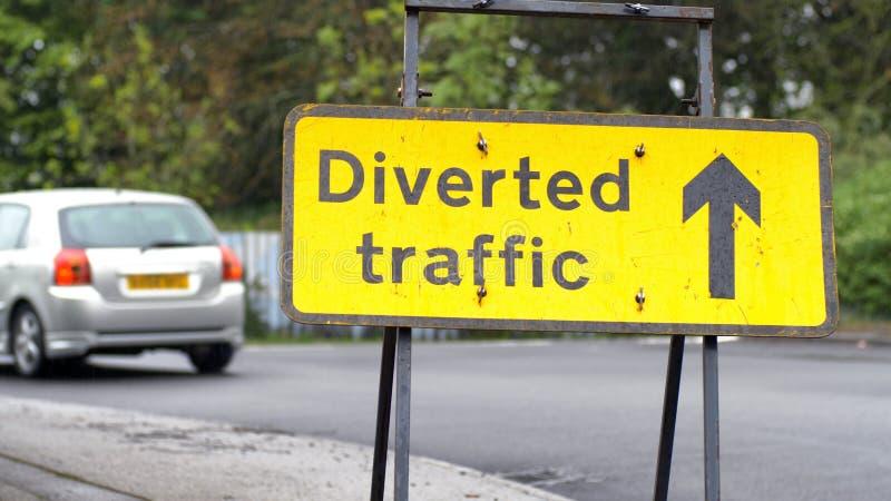 Poteau de signalisation détourné avec des voitures et des camions passant sur le fond sur la route britannique photos libres de droits