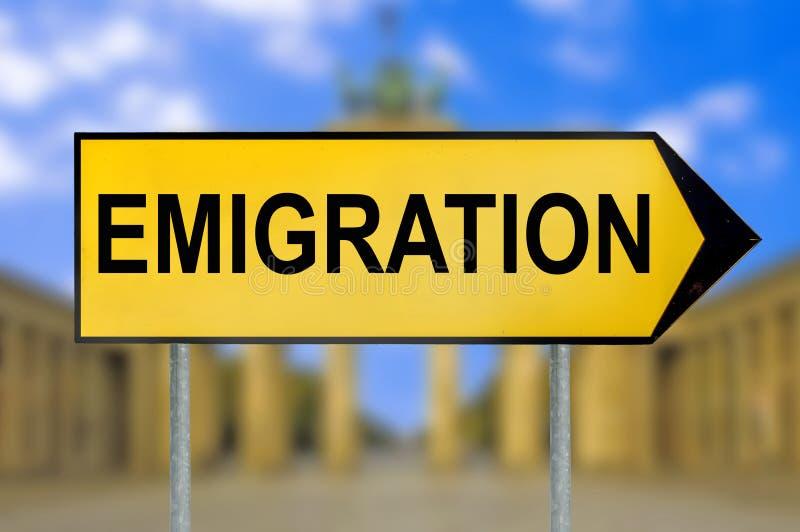 Poteau de signalisation d'émigration avec le fond brouillé de Berlin photos libres de droits