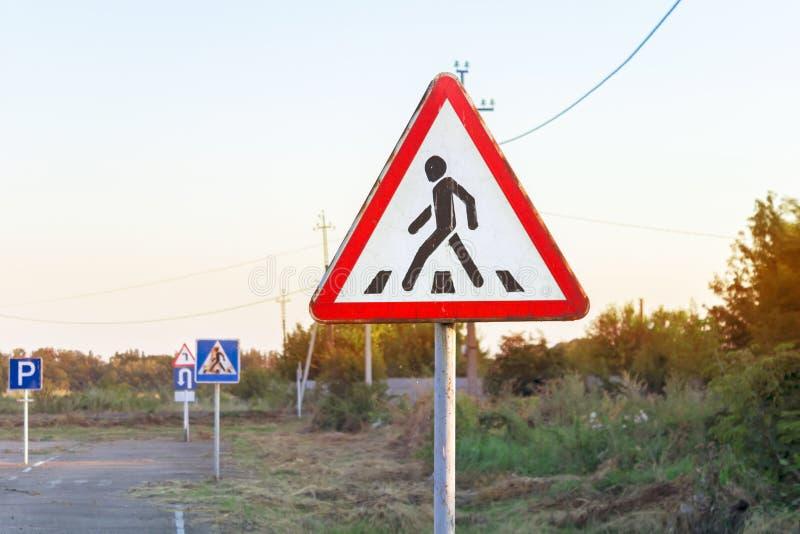 Poteau de signalisation d'alerte de passage pour piétons, divers panneaux routiers, base de formation d'auto-école photographie stock libre de droits