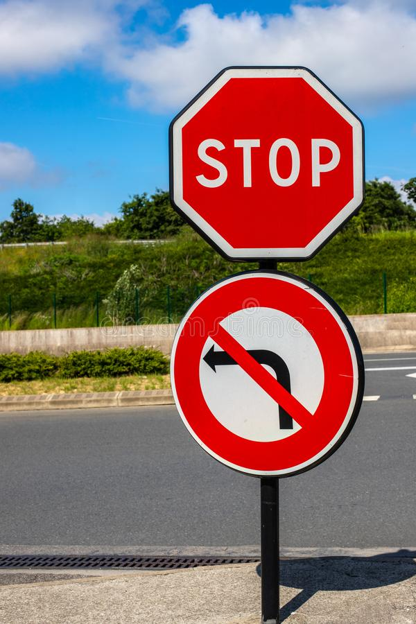 Poteau de signalisation d'arrêt aucun virage à gauche Restriction du trafic dans la perspective de la route et du ciel lumineux images stock