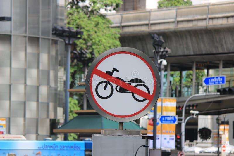 Poteau de signalisation de motos photographie stock
