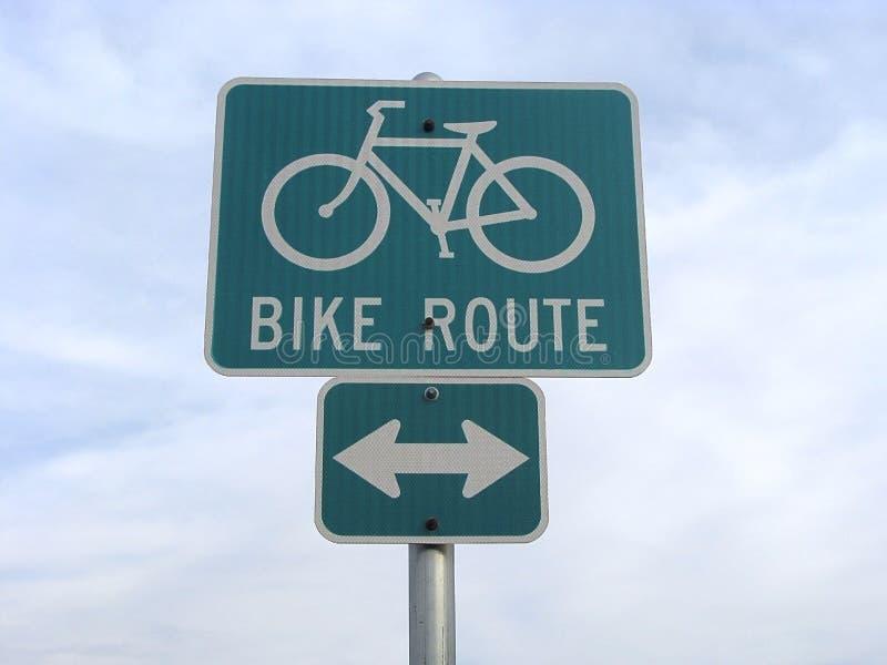 Poteau de signalisation de vélo. photo libre de droits